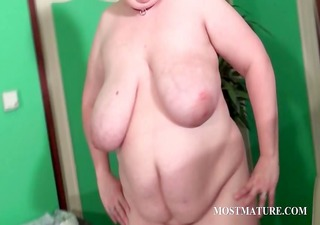 voloptuous cougar dildoing snatch
